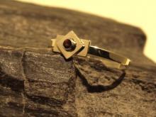Ring goud met granaatje